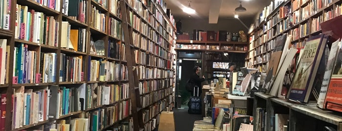 Owl & Company Bookstore is one of Lugares favoritos de Bruce.