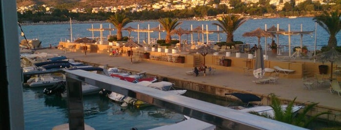 Vouliagmeni Nautical Club is one of Orte, die Poly gefallen.