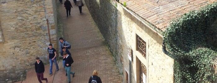 """"""" La Rocca Romantica"""" .... appartamento per due persone a San Gimignano is one of Orizzonti Verticali."""