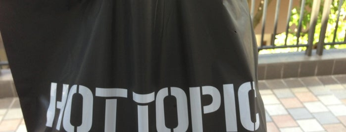 Hot Topic is one of Lugares favoritos de Hope.