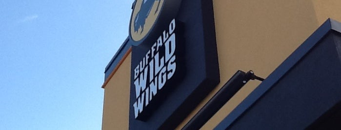 Buffalo Wild Wings is one of Tempat yang Disukai Emmanuel.