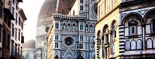 Plaza del Duomo is one of Lugares favoritos de Richard.