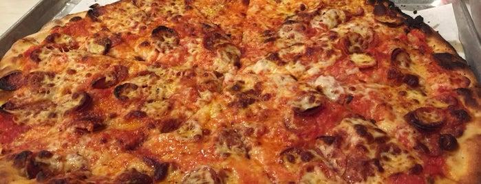 Frank Pepe Pizzeria Napoletana is one of Tempat yang Disukai D.