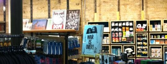 Urban Outfitters is one of Locais curtidos por Ceejay.
