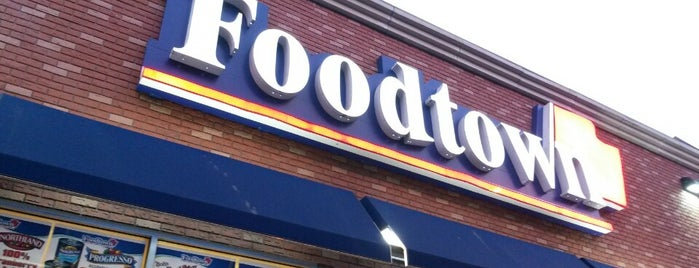 Foodtown of Riverdale is one of Lugares favoritos de Viviana.