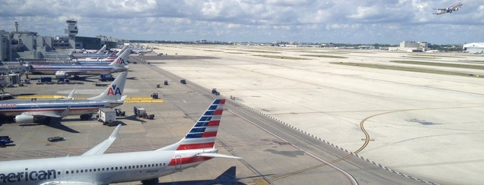 Aeroporto Internacional de Miami (MIA) is one of Locais curtidos por Stacey.