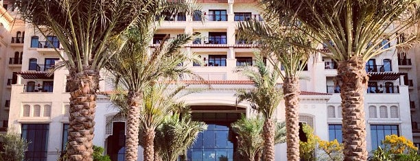 The St. Regis Saadiyat Island Resort is one of Lieux qui ont plu à Hisham.