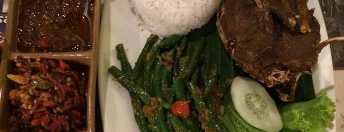 Bebek Tepi Sawah PIM 2 is one of Arieさんのお気に入りスポット.