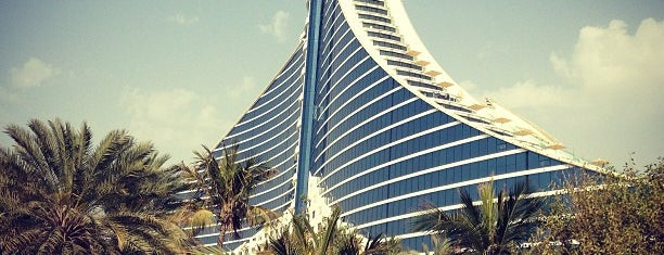 Jumeirah Beach Hotel is one of Orte, die Merve gefallen.