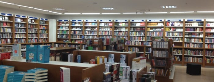 Livrarias Catarinense is one of Tempat yang Disukai André.