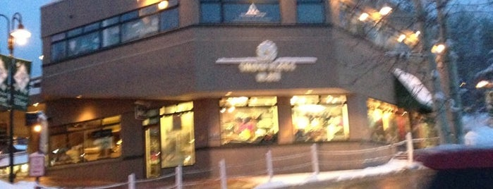 Snowmass Village Mall is one of Lugares favoritos de Kyle.
