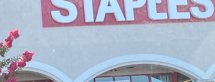 Staples is one of Johnさんのお気に入りスポット.