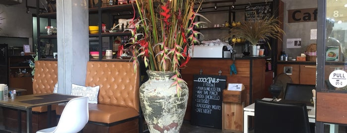 Café 8.98 is one of Lugares favoritos de Thomas.