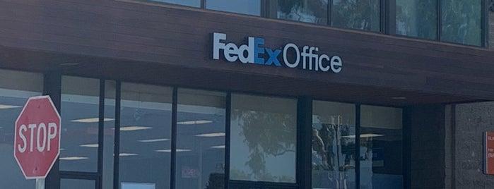 FedEx Office Print & Ship Center is one of Posti che sono piaciuti a Katie.