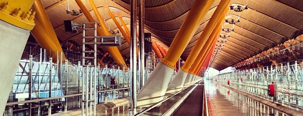 Aeroporto de Madrid-Barajas (MAD) is one of Locais curtidos por Alejandro.