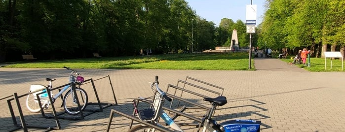 Cyklostojan Komenského sady - vchod is one of Cyklostojany Ostrava.