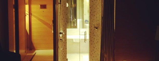 Baolilai International Hotel 宝利来国际大酒店 is one of สถานที่ที่ Zinan ถูกใจ.