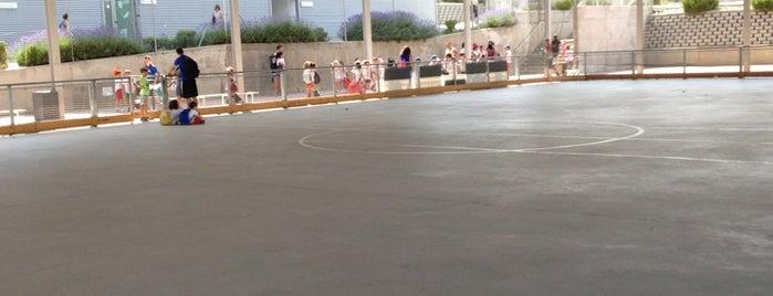 Centro Deportivo Municipal Francisco Fernandez Ochoa is one of Jugar al Ping-Pong en Madrid.