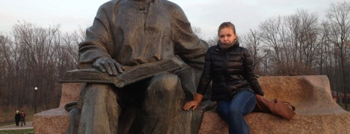 Пам'ятник Максиму Рильському is one of Tempat yang Disukai Illia.