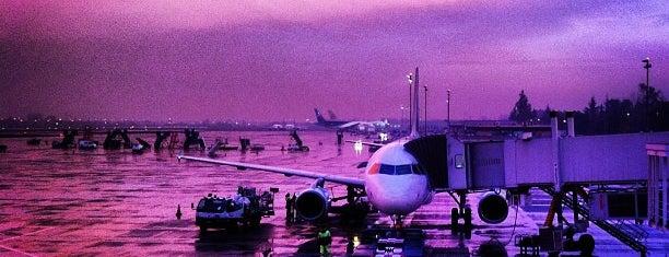 Aeropuerto Internacional Comodoro Arturo Merino Benítez (SCL) is one of Santiago, Chile.