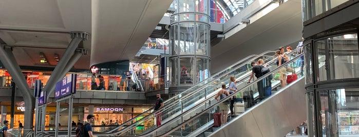 H S+U Hauptbahnhof is one of สถานที่ที่ Cody ถูกใจ.
