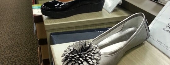 DSW Designer Shoe Warehouse is one of Tempat yang Disukai Daron.