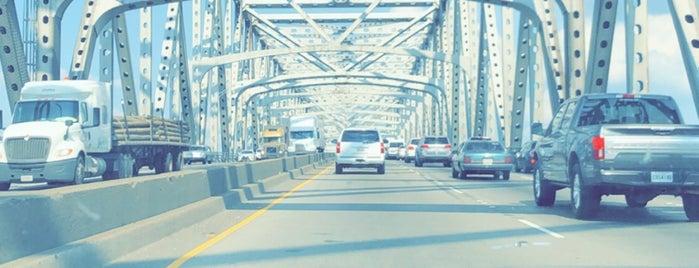 Mississippi River Bridge is one of Orte, die Priscilla gefallen.