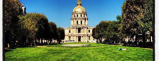 Esplanade des Invalides is one of Les parcs et jardins accessibles aux chiens.