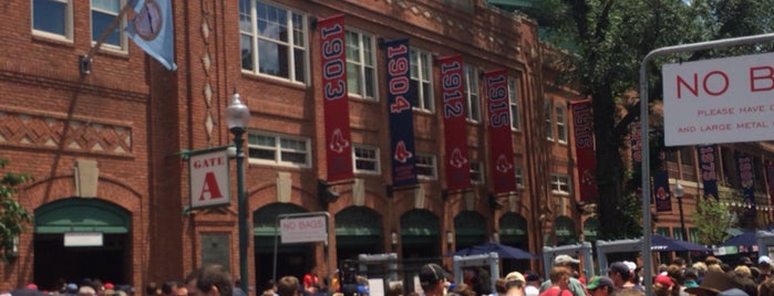 Fenway Park is one of Locais curtidos por Jonathan.