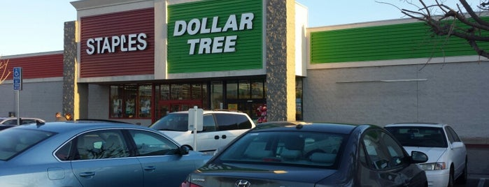 Dollar Tree is one of Stephanieさんのお気に入りスポット.