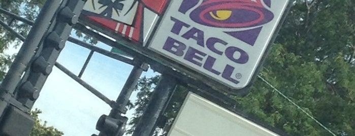 Taco Bell is one of Tempat yang Disukai Heidi.