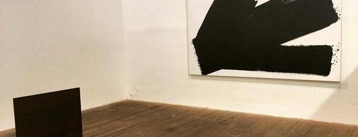 Galeria Marilia Razuk is one of Galerias de Arte SP.