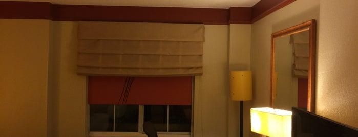 La Quinta Inn & Suites Raleigh Crabtree is one of สถานที่ที่ Lani ถูกใจ.