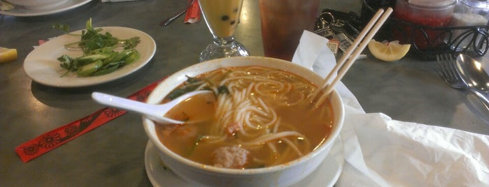 Pho Tre Bien is one of Lugares favoritos de Josh.