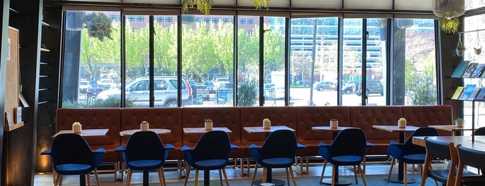 9 Bar Cafe is one of Lieux qui ont plu à SKW.