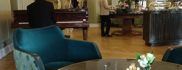 Astoria Cafe is one of Tempat yang Disukai Dorcas.