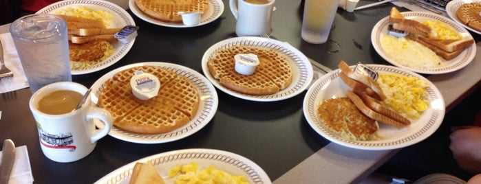 Waffle House is one of Locais curtidos por Kristen.