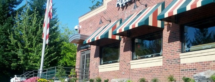 Applebee's Grill + Bar is one of Tempat yang Disukai Krzysztof.