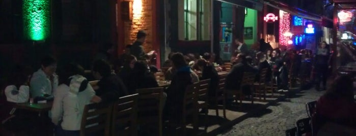 Cafe Bar Bahane is one of İzmir Favorileri.