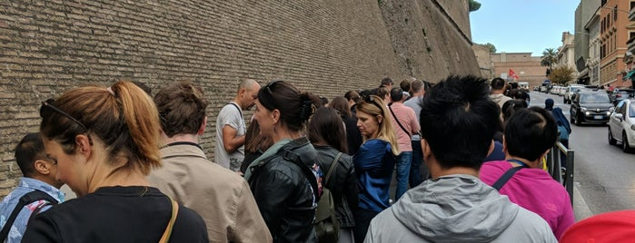 Line to the Vatican Museums is one of สถานที่ที่ Kawika ถูกใจ.