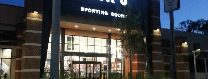 DICK'S Sporting Goods is one of Tempat yang Disukai Sami.