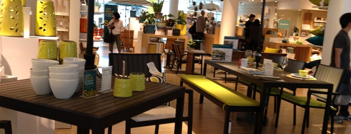 Crate & Barrel is one of Markさんのお気に入りスポット.