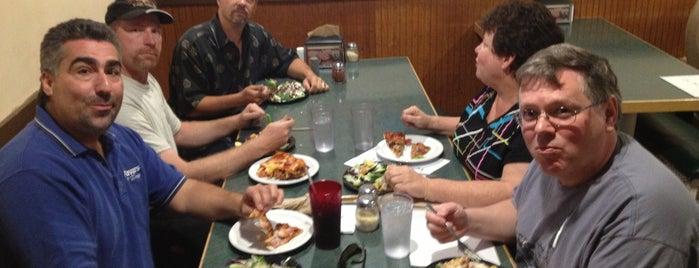 Round Table Pizza is one of สถานที่ที่ Stefan ถูกใจ.