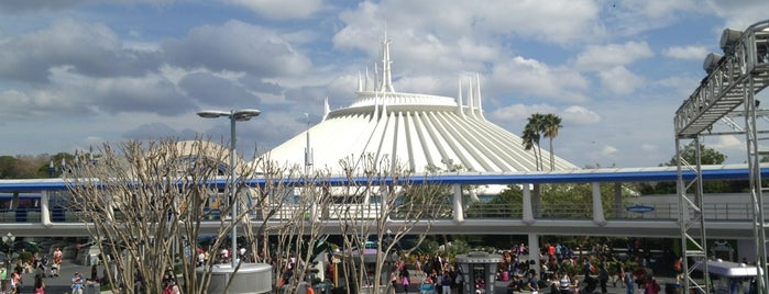 Tomorrowland Transit Authority PeopleMover is one of Orte, die Aljon gefallen.