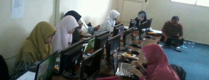 Adzkia Islamic School is one of Hari Sanusi, Muh.'ın Kaydettiği Mekanlar.