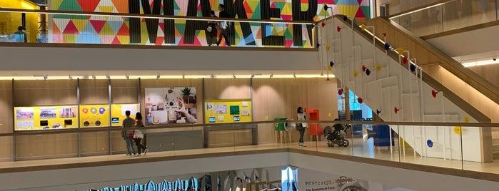 The Design Museum is one of Locais curtidos por Léo.