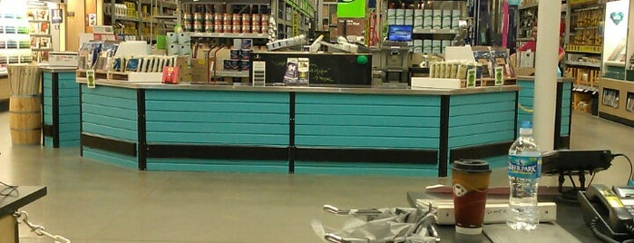 Lowe's is one of Lugares favoritos de Chrissy.
