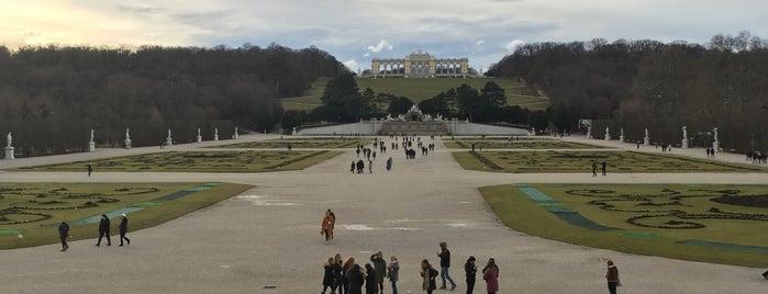 Schloss Schönbrunn is one of Orte, die Julia gefallen.