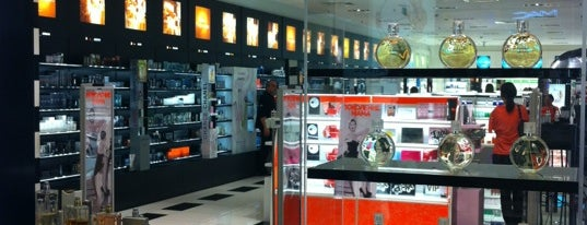 SEPHORA is one of Lugares favoritos de 83.