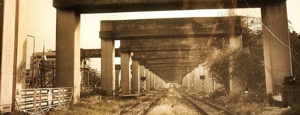 ทางข้ามทางรถไฟวัดเสมียนนารี is one of สถานที่ที่ Ariel Kanko ถูกใจ.